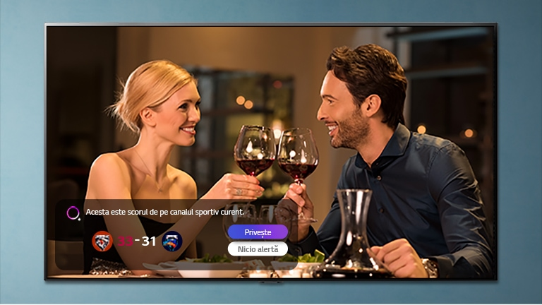 Imaginea unui barbat si a unei femei ciocnind pahare, afisata pe un ecran TV in timp ce se primesc notificari ale alertelor sportive