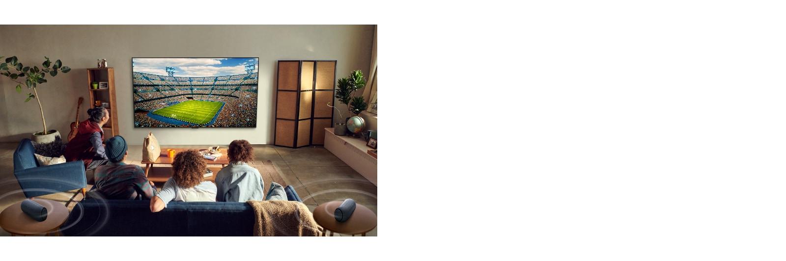 Люди смотрят спортивную игру в гостиной с помощью подключенных через Bluetooth тыловых колонок