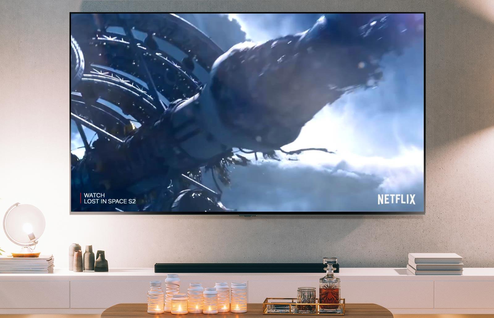 Экран телевизора, на котором демонстрируется отрывок из второго сезона сериала «Затерянные в космосе» на Netflix (воспроизвести видео).