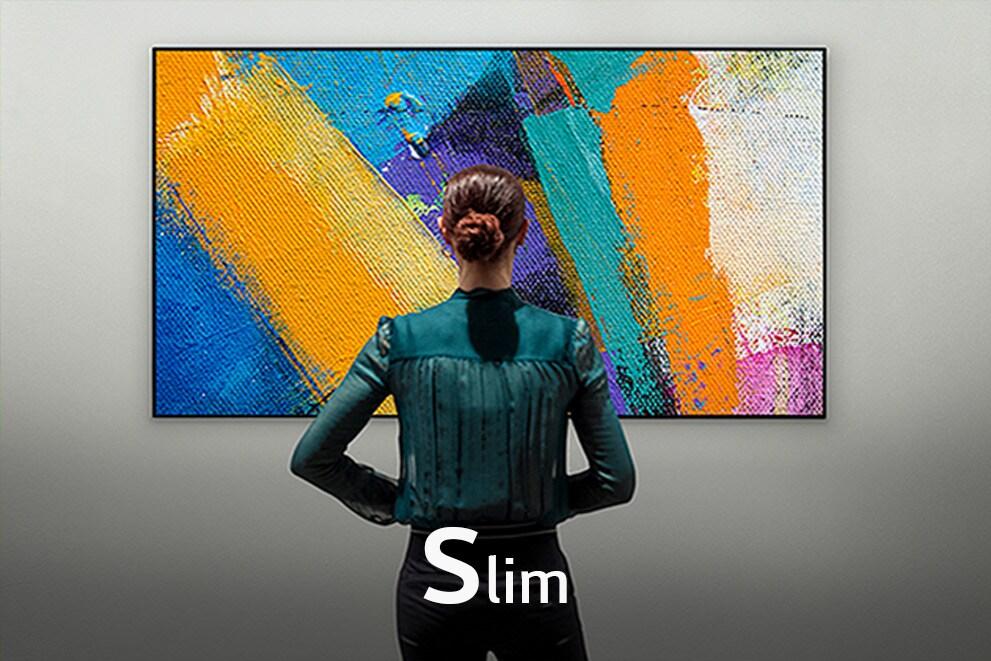 Вид со спины на женщину, смотрящую Gallery Design TV, с надписью «Тонкий»