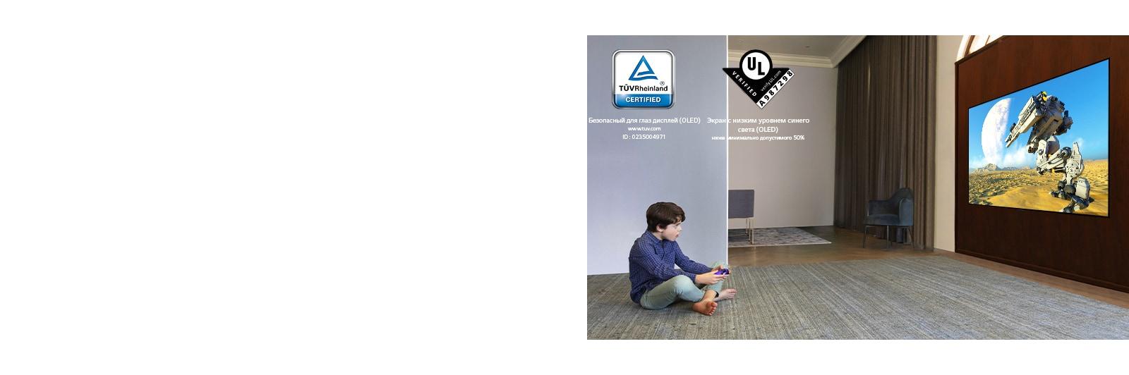 Ребенок лежит на полу, держит в руках джойстик и играет в игру на экране телевизора