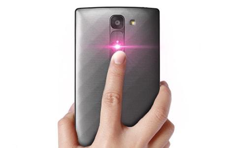 Кнопка управления на задней панели смартфона