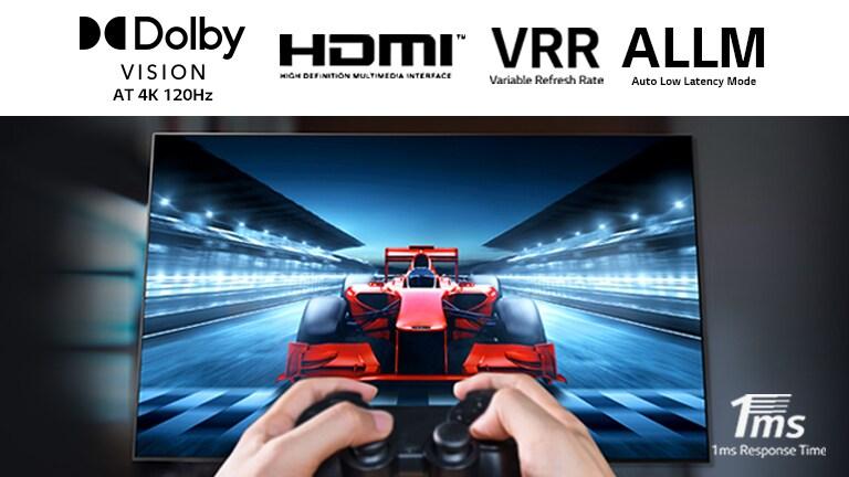 صورة مقرّبة للاعب سباق على شاشة التلفزيون. تتضمن الصورة شعار تقنية دولبي فيجن وشعار HDMI وشعار VRR وشعار ALLM في الجزء العلوي وشعار زمن الاستجابة 1 مللي ثانية في أسفل اليمين.
