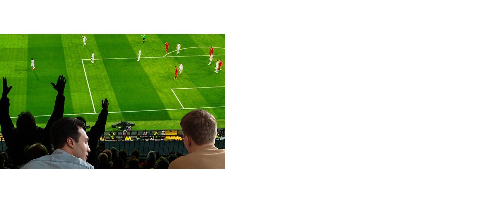 أناس يشاهدون الألعاب الرياضية على شاشة التلفزيون في غرفة المعيشة على شاشة فائقة الحجم