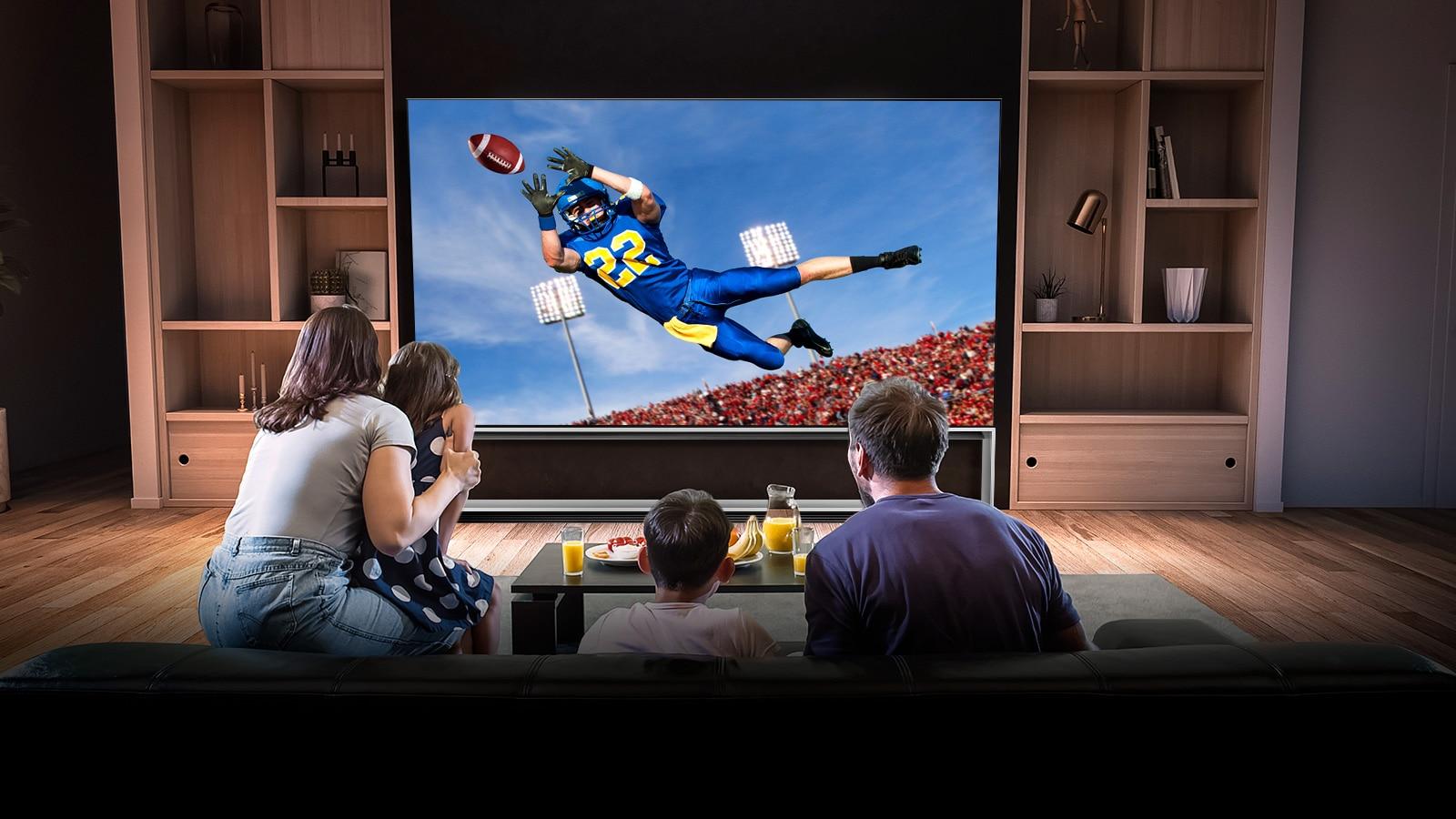 أشخاص يشاهدون مباراة توتنهام على التلفزيون في غرفة المعيشة
