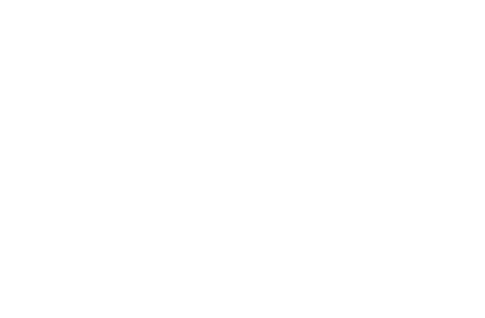 شاشة تلفاز تعرض مقطع فيديو لطفل يرتدي بدلة رائد فضاء صنعها وهو يلعب بسفينة فضاء في غرفته المزينة بأشكال مصغرة من الكواكب (قم بتشغيل الفيديو)