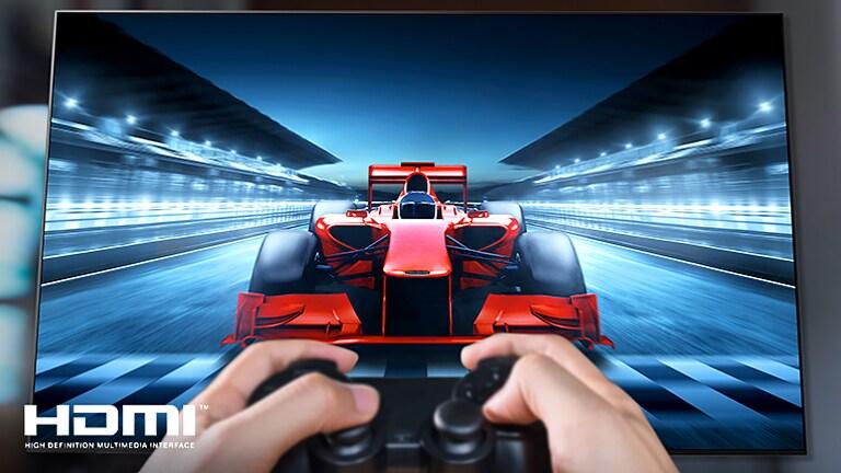 صورة مقرّبة للاعب سباق على شاشة التلفزيون. يظهر في الصورة شعار HDMI في أسفل اليسار.