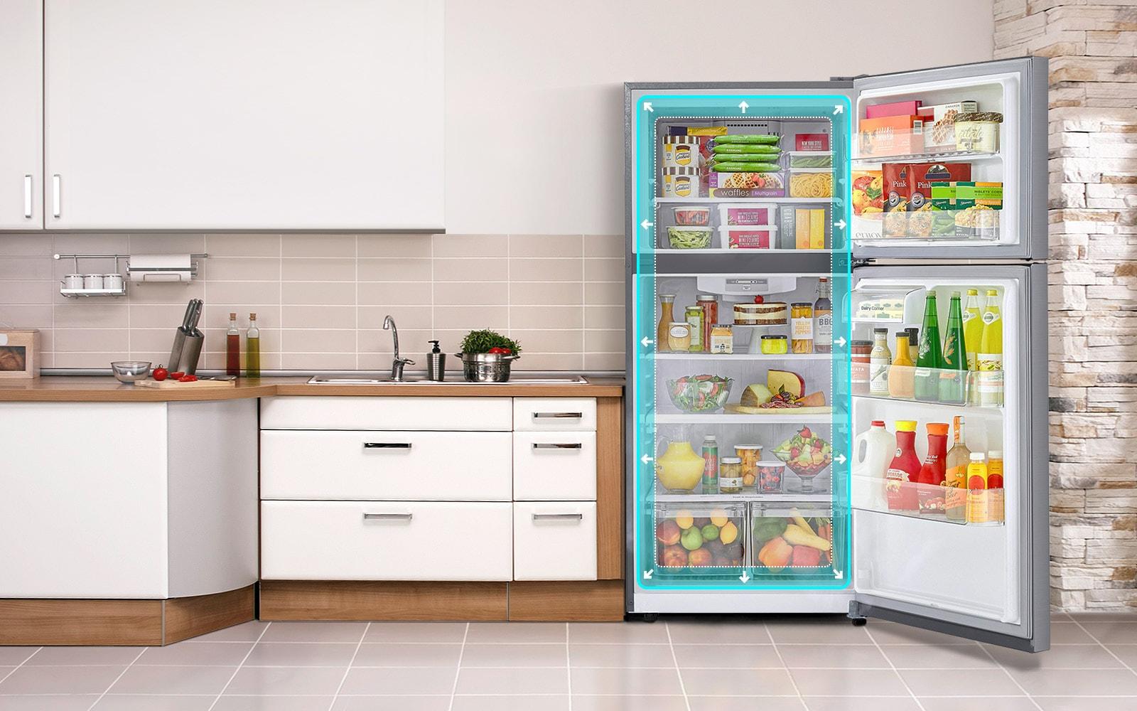 ثلاجة مزودة بفريزر علوي من إل جي تظهر في مطبخ مفتوح الأبواب. يتسع مربع التظليل الأزرق في وسط الثلاجة لحجم الثلاجة لإظهار أن بها مساحة أكبر.