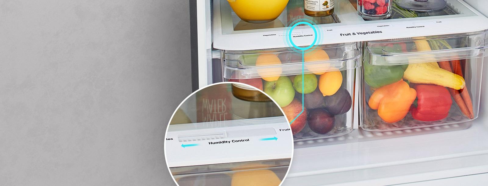 تظهر الأدراج السفلية للثلاجة مليئة بالمنتجات. تظهر الدائرة المكبرة ذراع التحكم في الرطوبة أعلى الدرج عن قرب مع الأسهم للإشارة إلى إمكانية تغييره.