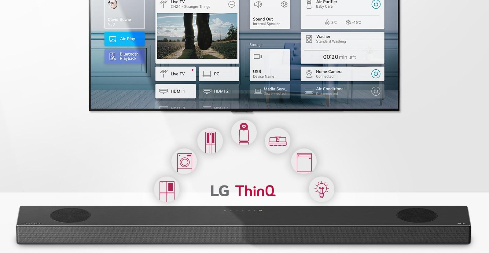 ทีวีติดผนัง LG Soundbar อยู่ด้านล่างของทีวี โลโก้ LG ThinQ และไอคอนเครื่องใช้ไฟฟ้าจะแสดงระหว่างทีวีและ LG Soundbar