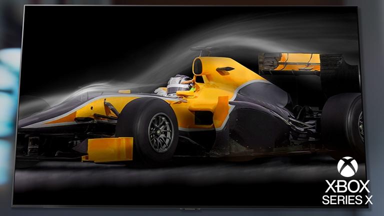 ภาพโคลสอัพผู้เล่นที่กำลังเล่นเกมรถแข่งบนจอทีวี