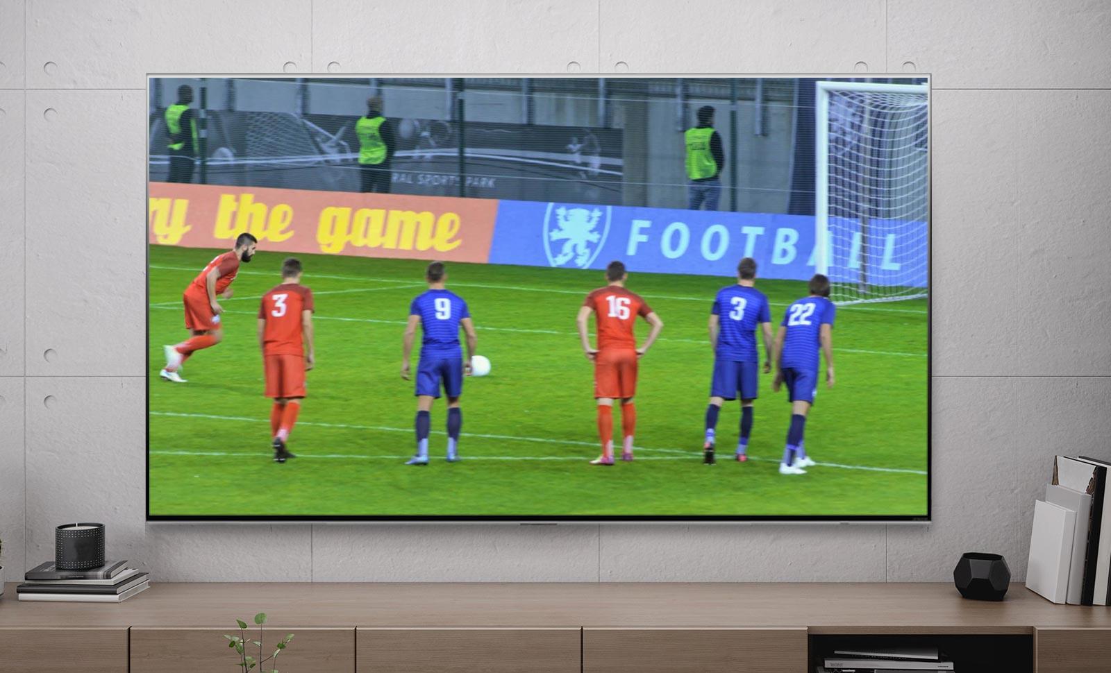 จอทีวีแสดงภาพนักฟุตบอลเตะลูกโทษ (เล่นวิดีโอ)