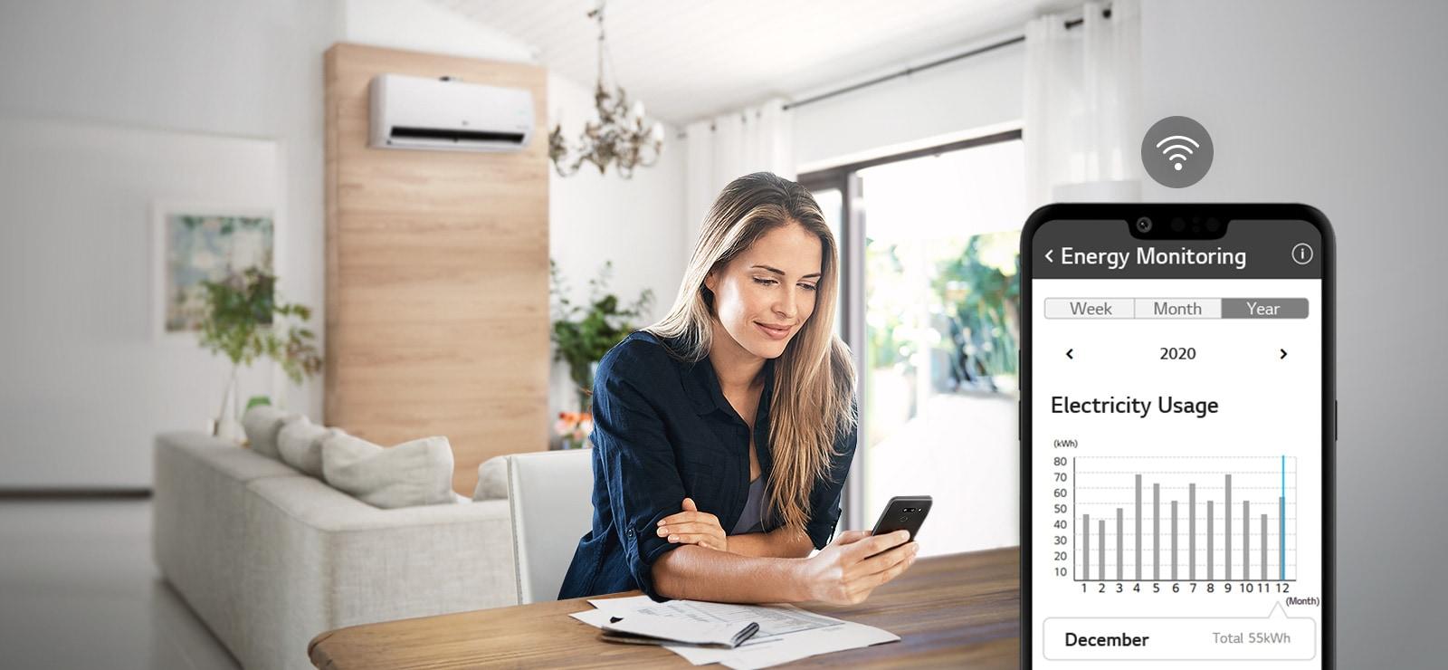上方三個圖示代表輪盤中有三張圖片。第三個標示為「監控」的圖示為紅色。兩張圖片:左圖顯示父親和女兒在廚房吃東西。右圖顯示一隻手打開內有一盤鬆餅的烤箱。中間是可見 ThinQ 應用程式且 Wifi 圖示位於其上的手機螢幕。。