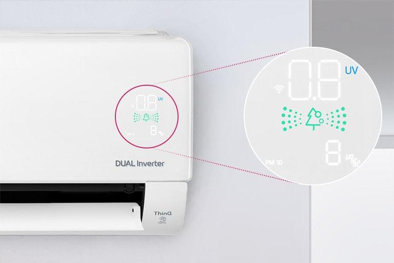 可見半台安裝在牆上的 LG 空調,前出風口打開代表機器已啟動。機器的空氣品質燈旁有一個圓圈,放大圓圈伸出,顯示空氣品質面板的綠燈和數字以顯示精準的空氣品質。機器上可見雙變頻標誌。