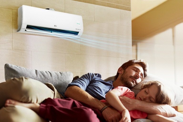 父親和女兒在沙發上熟睡,其上有一台吹出冷風的空調。