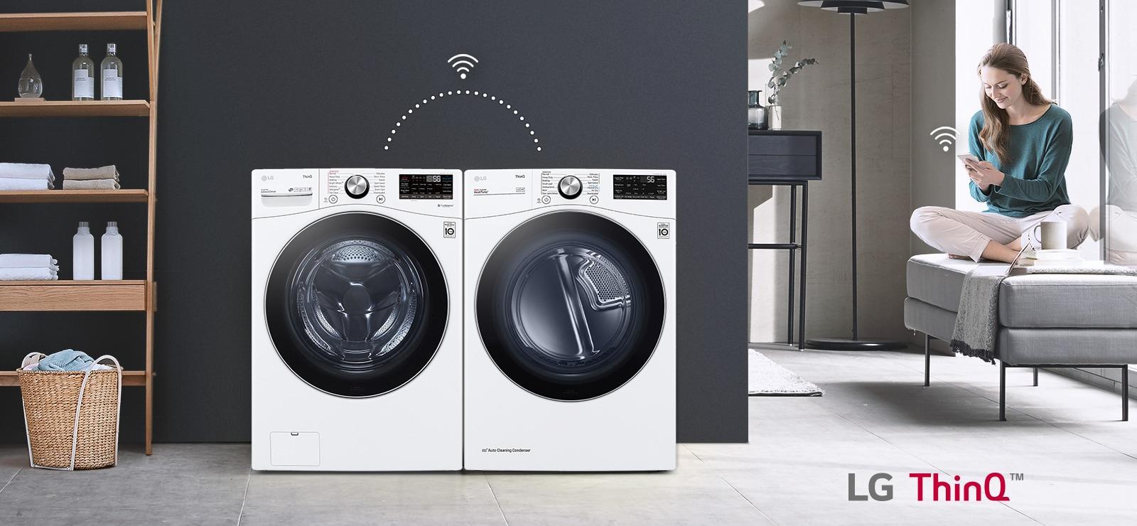 頂部的三個圖示表示輪播中有三張圖片。第三個標示為「智慧行程配對」的圖示為紅色。使用者只要坐在沙發上,就可使用 LG ThinQ 應用程式控制乾衣機和洗衣機(滾筒洗衣機)。WiFi 圖示位於乾衣機和洗衣機之間,其上是使用者的手機。