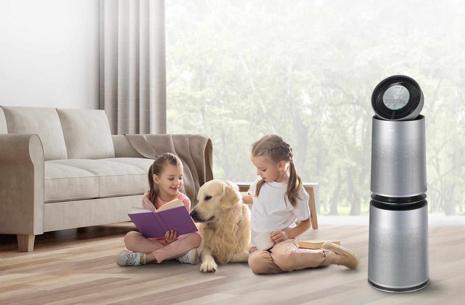 兩個年輕女孩還有一隻狗坐在客廳地板上看書。右側的 LG Puricare 空氣清淨機正在吹送清新的空氣。