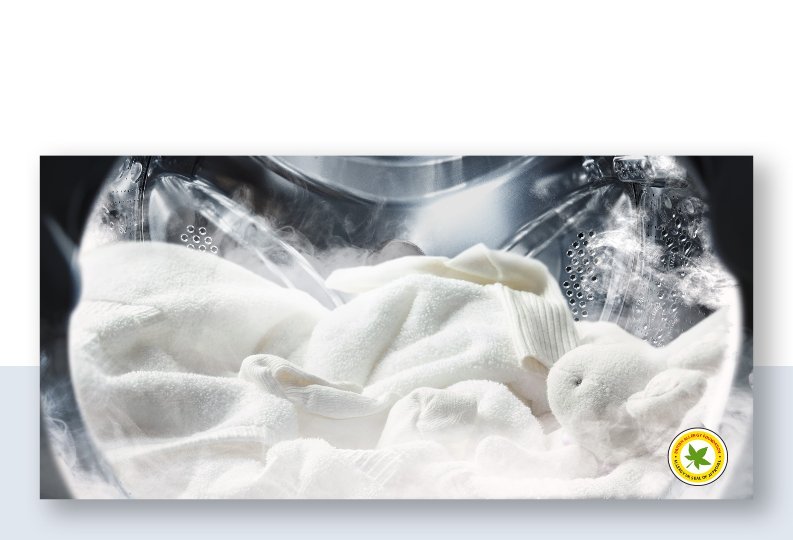 柔軟的白色長袍和絨毛玩偶已由滾筒洗衣機的蒸氣清洗。