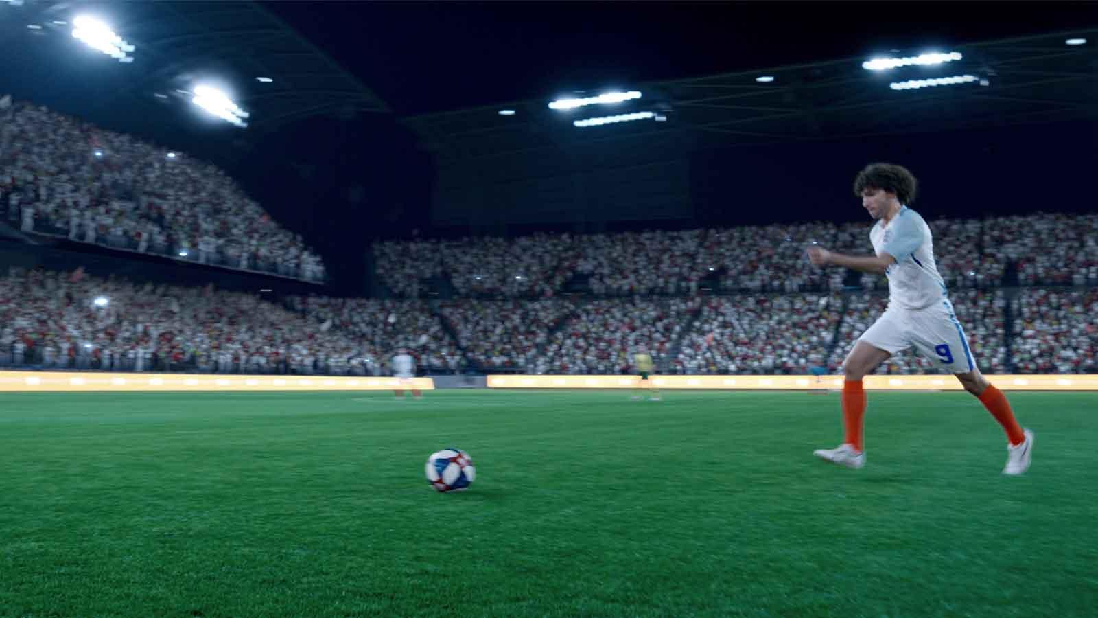 Чоловік ототожнює себе з футболістом, сидячи на дивані та спостерігаючи за футбольним матчем. Під час події друзі збираються та переглядають її разом. Видно гасло «Будь суперзіркою— наповни гру сяйвом»