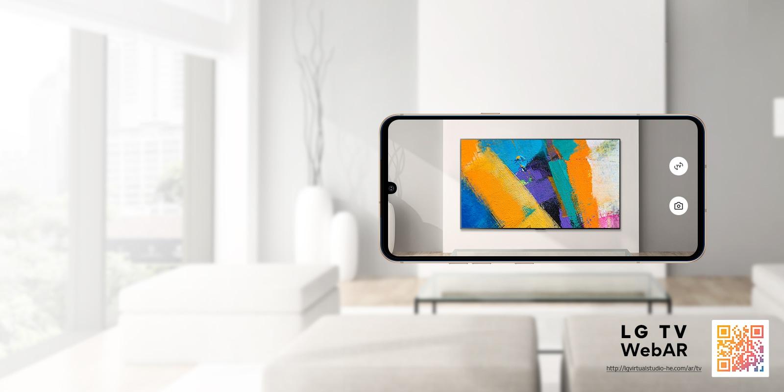 Це зображення OLED-телевізора LG, симульоване за допомогою технології WebAR. Зображення на мобільному телефоні накладаються на мінімалістське приміщення. У правому нижньому куті розміщено QR-код.