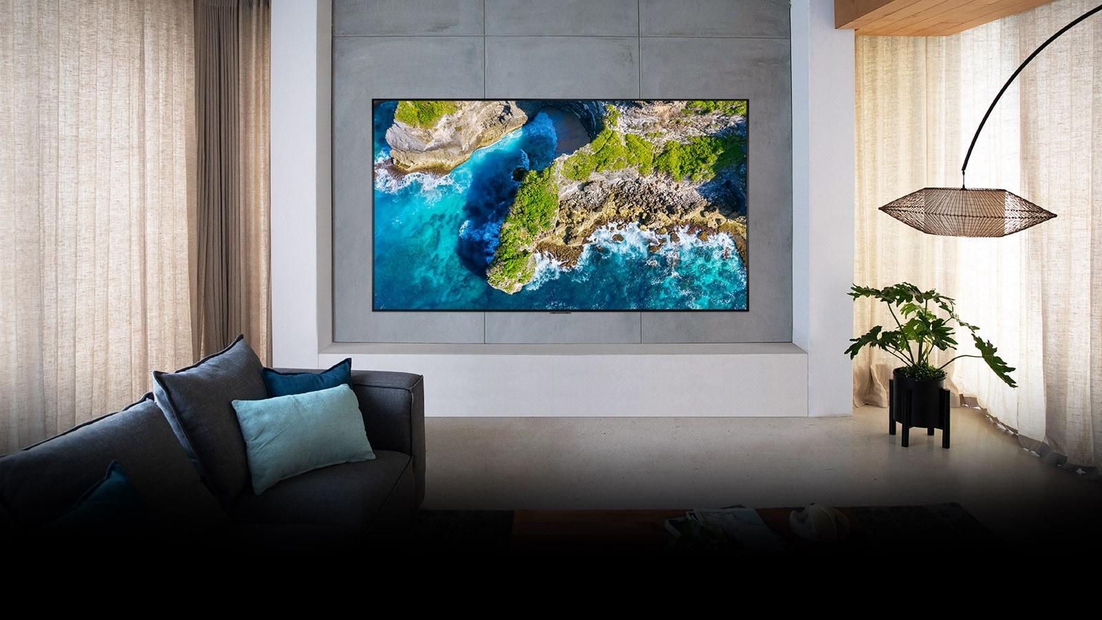 Телевізор в оточенні розкішного інтер'єру показує краєвид з висоти пташиного польоту