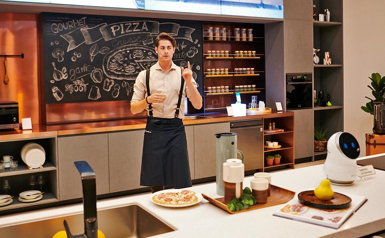 IFA 2018: A demonstrator shows how LG ThinQ can help you have a modern and intelligent kitchen in the gourmet zone