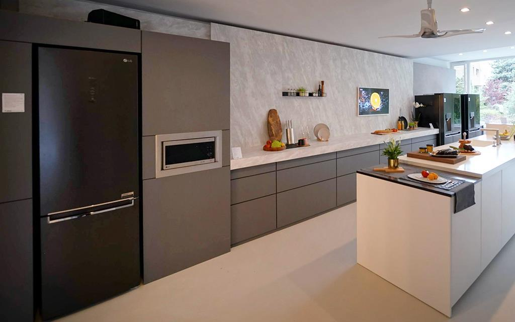 The ultimate smart kitchen, with appliances like refrigerator, washing machine and oven that make cooking a breeze | More at LG MAGAZINE