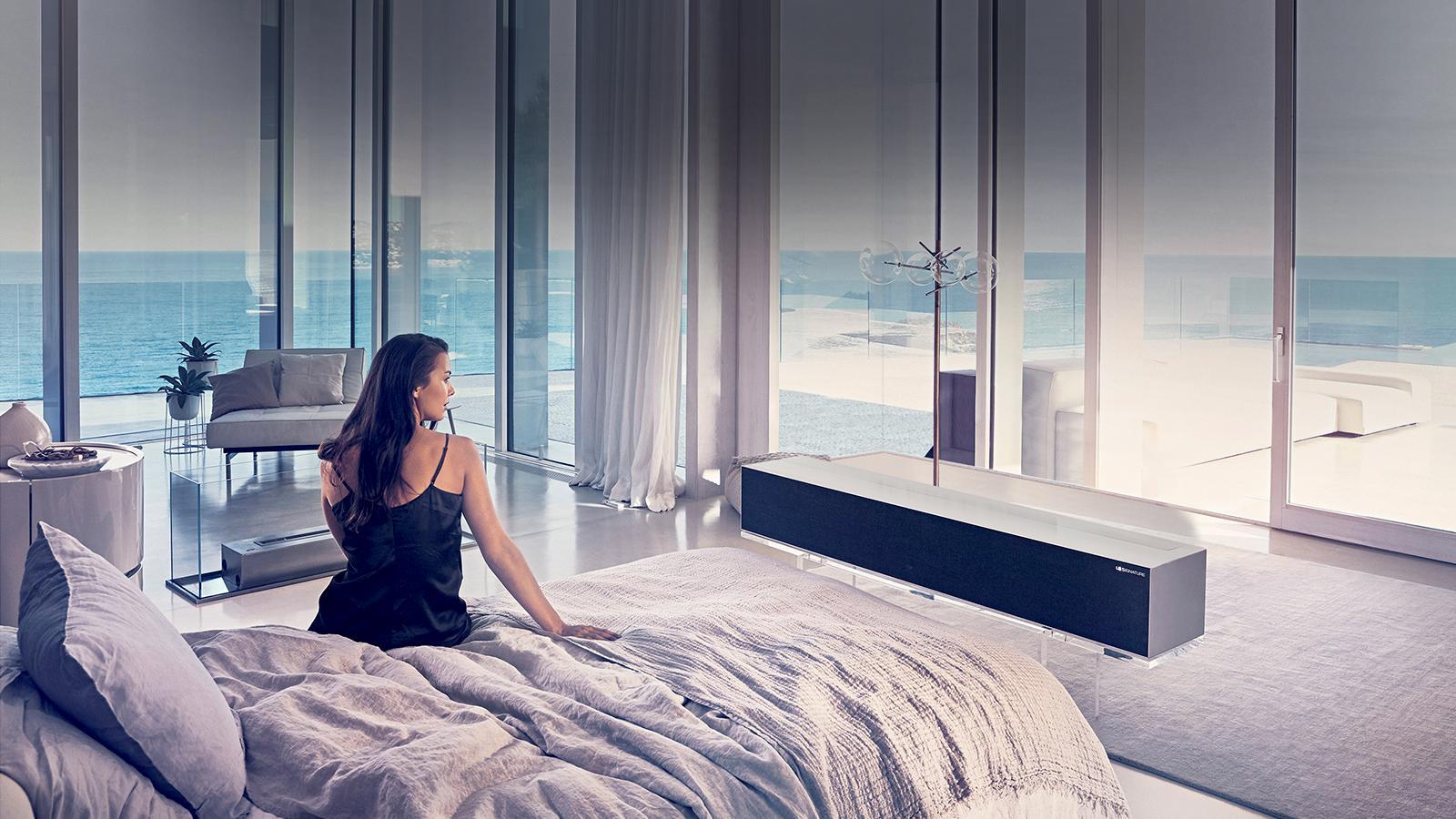 Женщина смотрит телевизор в роскошной спальне