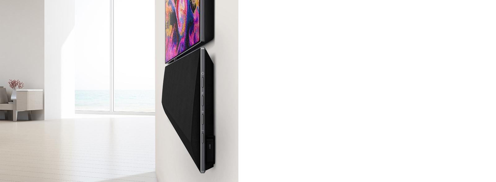 Od blizu stenski televizor in LG Soundbar.  Na TV zaslonu so prikazane različne rožnate barve.