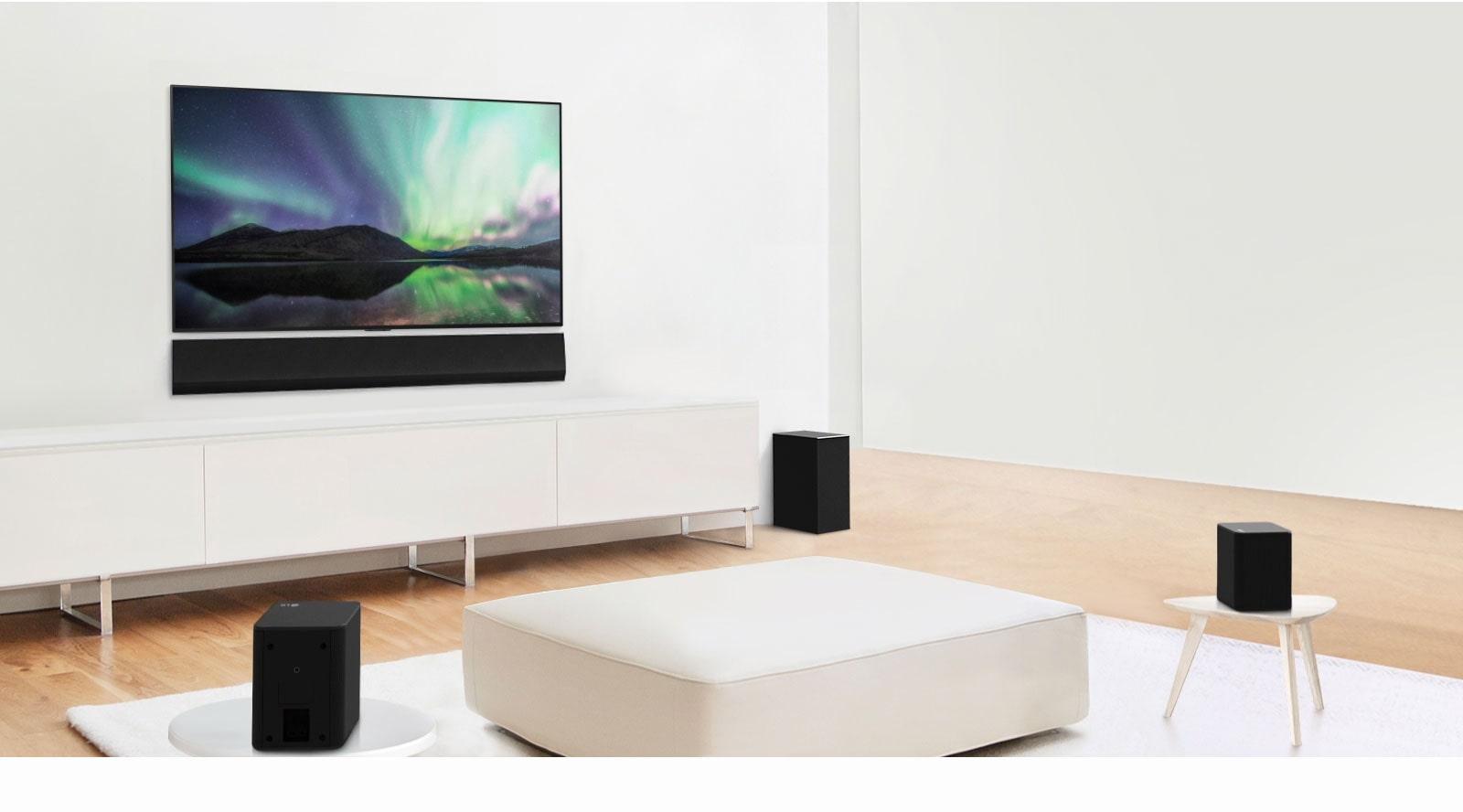 Predogled videoposnetka, ki prikazuje LG Soundbar v beli dnevni sobi s 3,1-kanalno nastavitvijo.