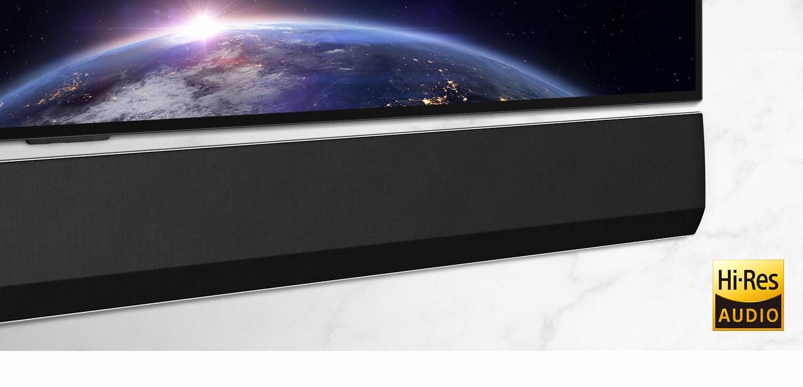 Srednji posnetek desne strani LG Soundbarja.  Televizor prikazuje podobo prostora.