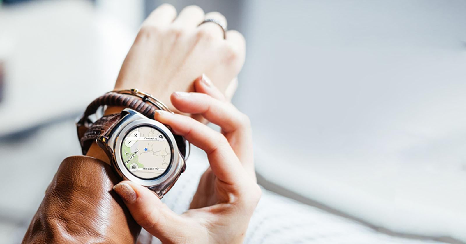 Image of person viewing map on LG Watch Urbane Silver