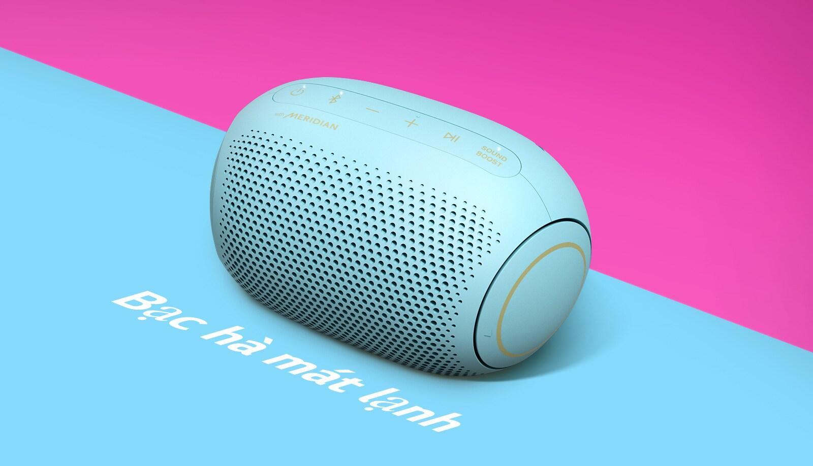 Loa LG XBOOM Go PL2B hình kẹo Jellybean vị bạc hà mát lạnh được đặt trên nền xanh da trời.