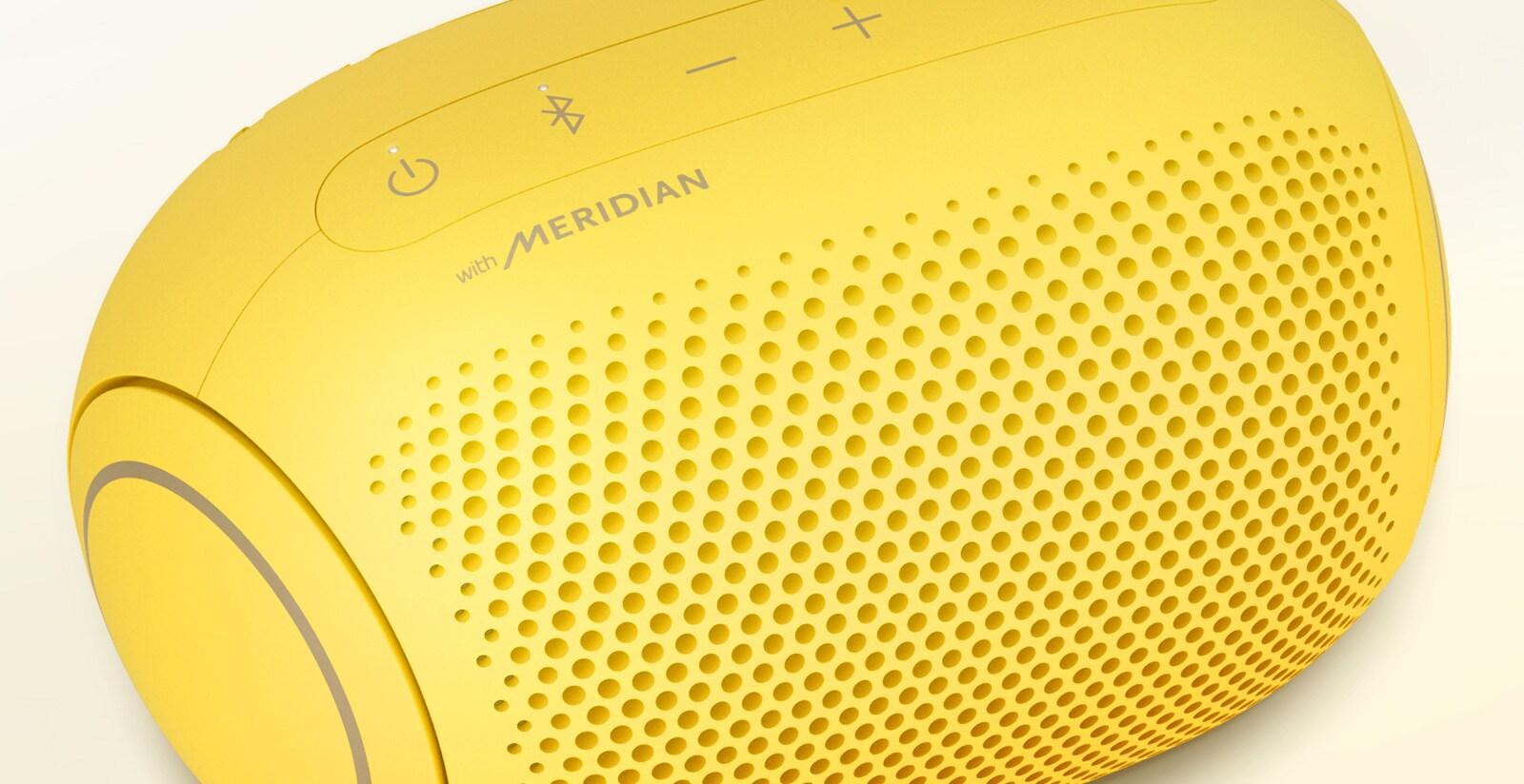 Ảnh chụp cận cảnh logo Meridian trên chiếc loa LG XBOOM Go PL2S