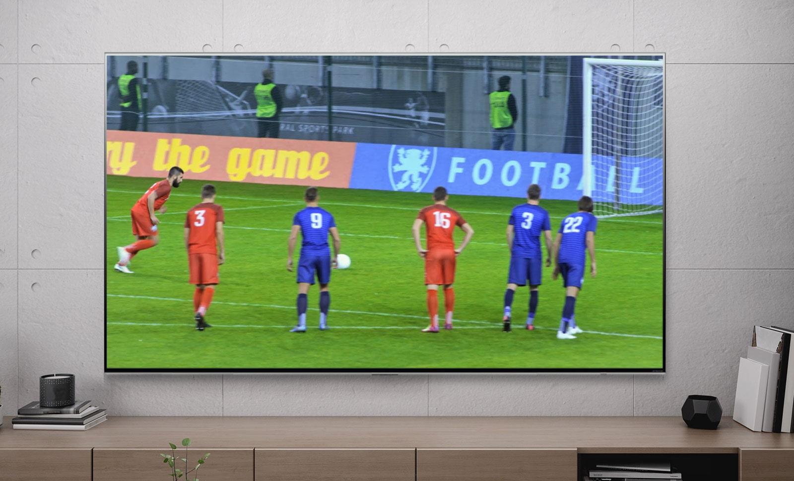 Màn hình TV hiển thị một cầu thủ bóng đá ghi bàn từ chấm phạt đền (phát video).
