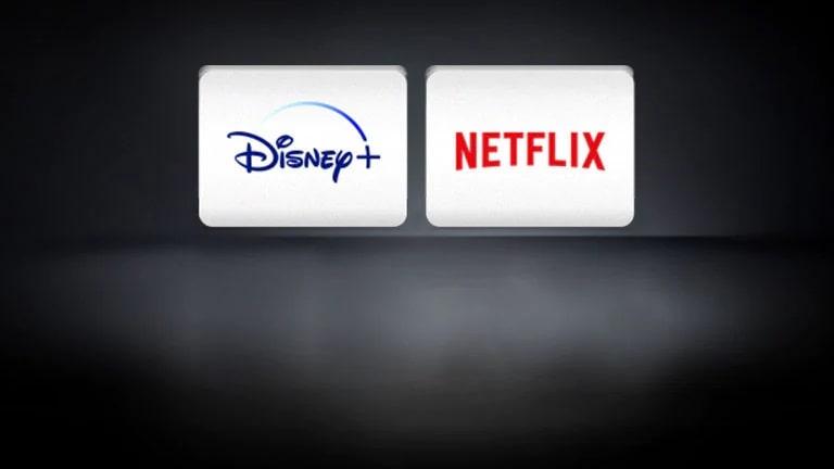 Logo Netflix, logo Disney+ được bố trí theo chiều ngang trên nền đen.
