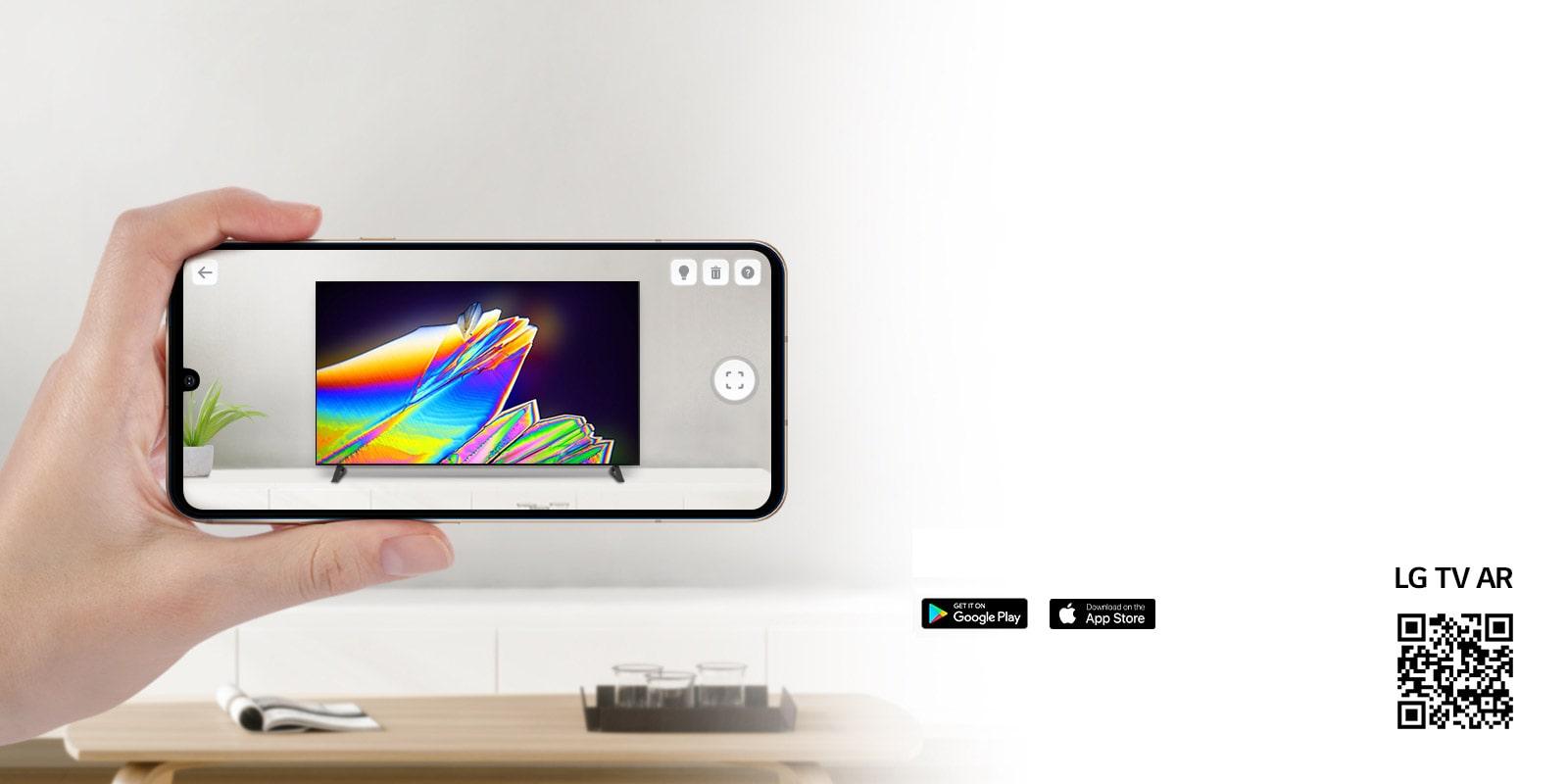Một người đang dùng ứng dụng LG TV AR trên điện thoại và một mã QR liên kết tới LG TV AR