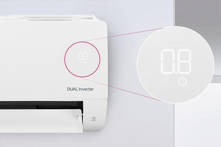 """''Một nửa máy điều hòa không khí LG có thể nhìn thấy được lắp trên tường với cửa trước mở cho biết máy đang bật. Một vòng tròn xung quanh đèn chất lượng không khí của máy và một vòng tròn phóng đại được mở ra để hiển thị các đèn màu xanh lá cây của bảng chất lượng không khí và các con số để hiển thị chất lượng không khí chính xác. Logo DUAL Inverter có thể nhìn thấy trên máy."""""""