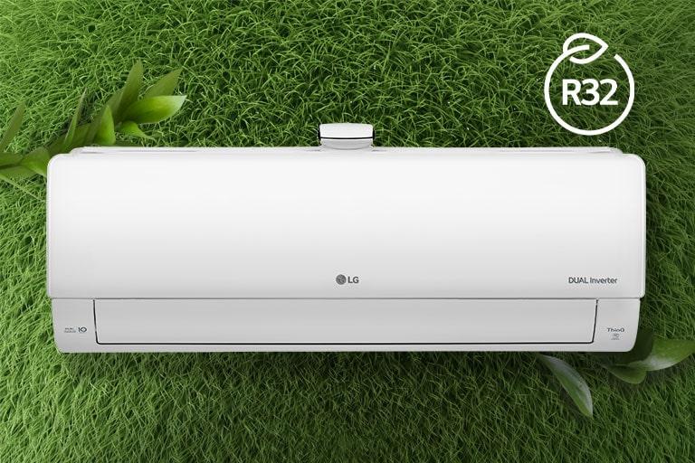 Máy điều hòa không khí LG được lắp trên một bức tường cỏ. Logo R32 cho hiệu quả năng lượng nằm ở góc trên bên phải.