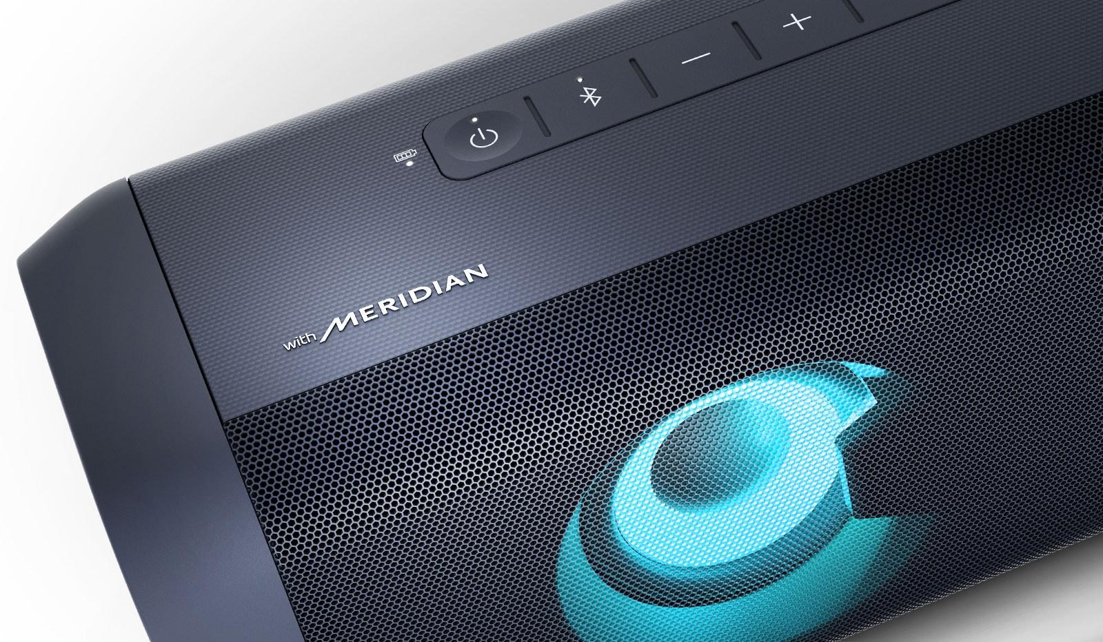 Ảnh cận cảnh logo Meridian trên loa LG XBOOM Go đang phát sáng xanh da trời trên nền trắng.