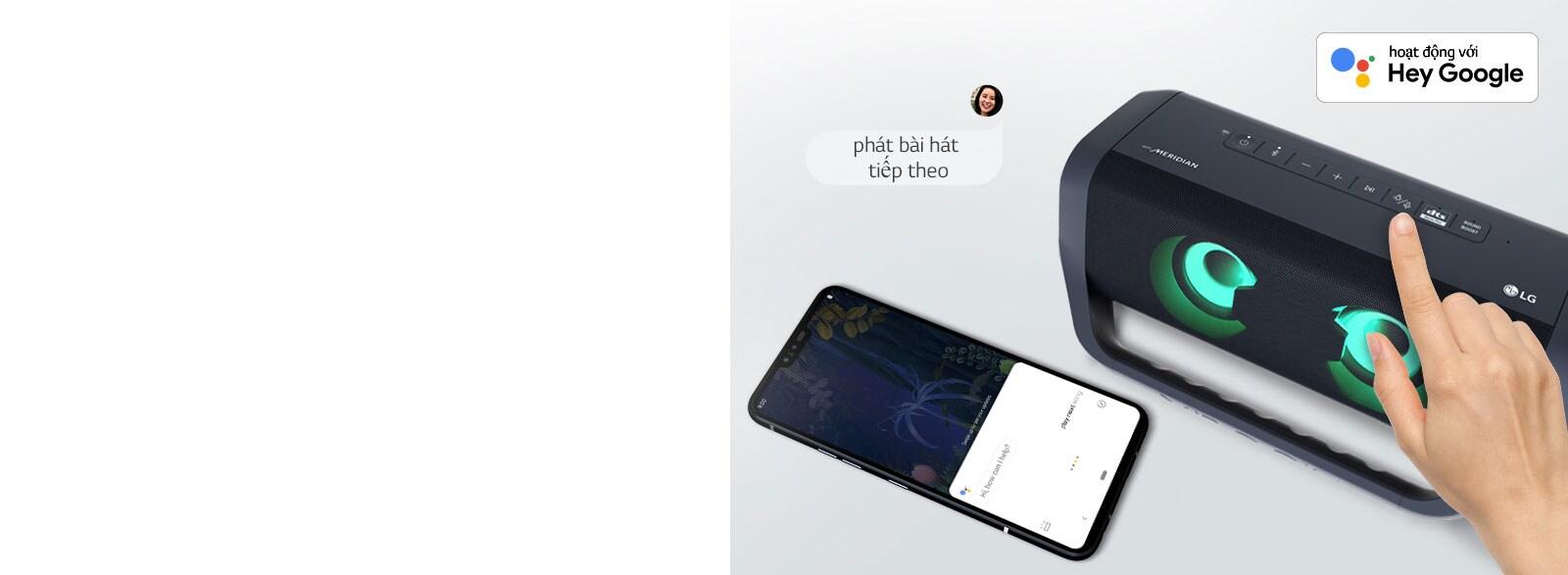 Một bàn tay đang ấn nút của loa LG XBOOM Go. Một chiếc điện thoại thông minh đang đặt bên cạnh. Có bong bóng thoại hiện ra. Logo của Google được đặt ở góc trên bên trái.