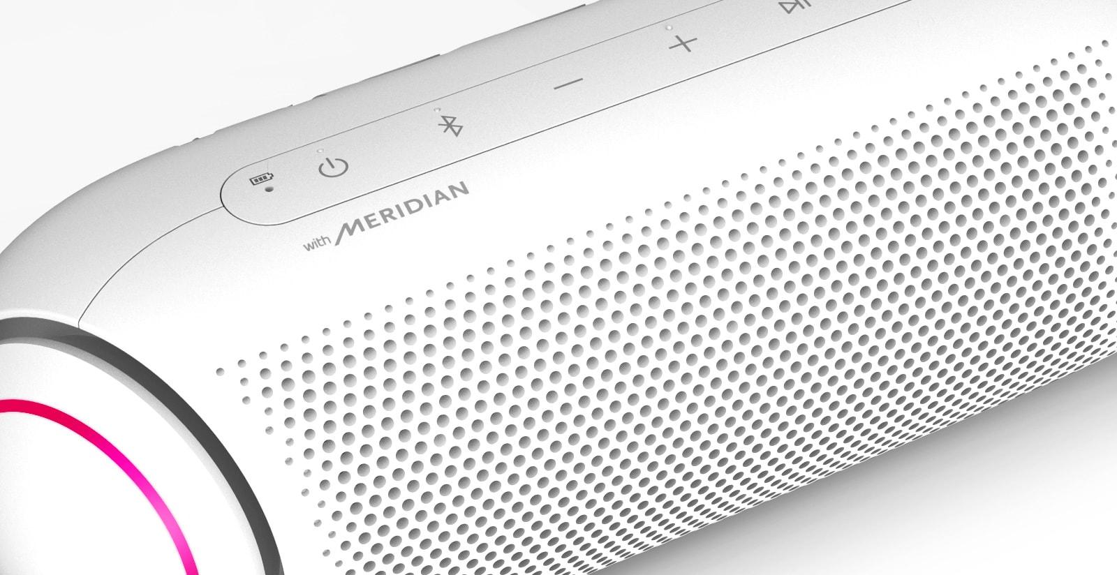Ảnh cận cảnh logo Meridian trên loa LG XBOOM Go đang phát sáng đỏ tươi trên nền trắng.