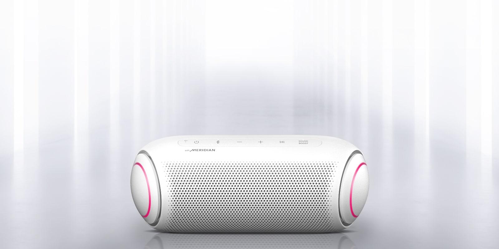 Đèn chiếu từ môi trường xung quanh và có thể nhìn thấy mặt trước của XBOOM Go với đèn màu tím hồng ở hai đầu.
