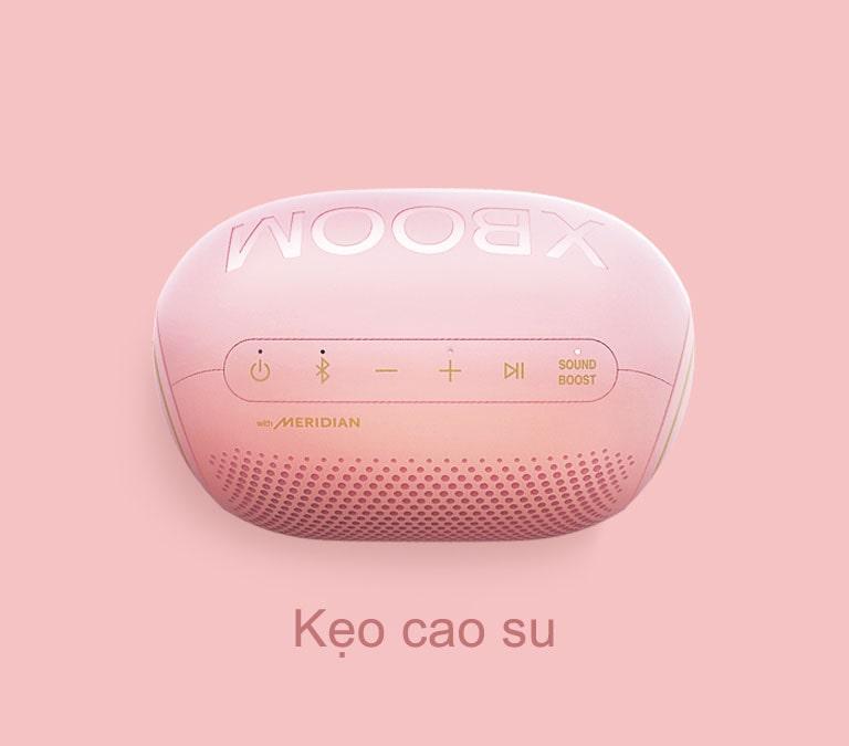 Loa LG XBOOM Go hình kẹo Jellybean vị kẹo cao su được đặt trên nền hồng.