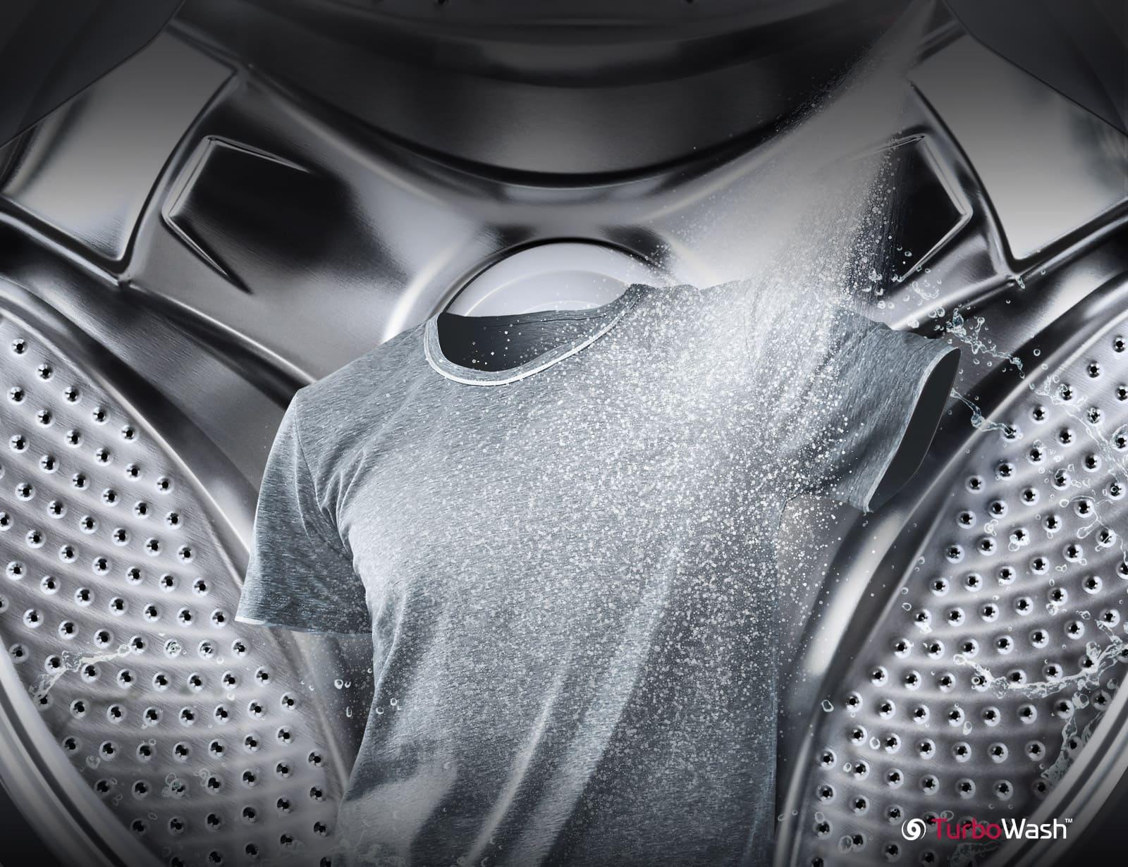 Một chiếc áo sơ mi màu xám đang được phun tia nước ở phía trước và lồng máy giặt ở phía sau.