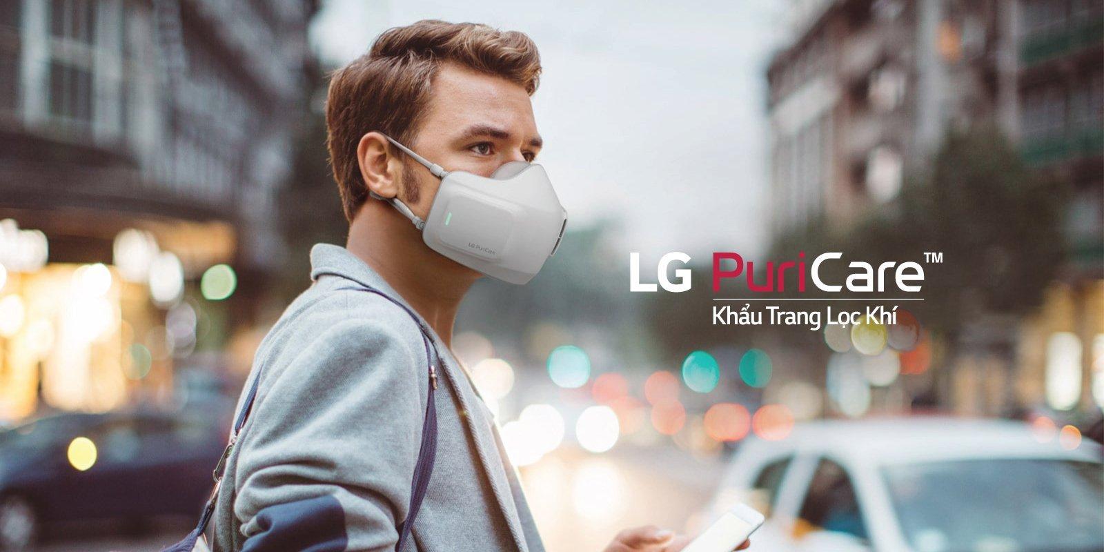 Một người đàn ông đang đeo khẩu trang lọc khí LG PuriCare™, tự tin hít thở bầu không khí trong lành giữa thành phố khói bụi.
