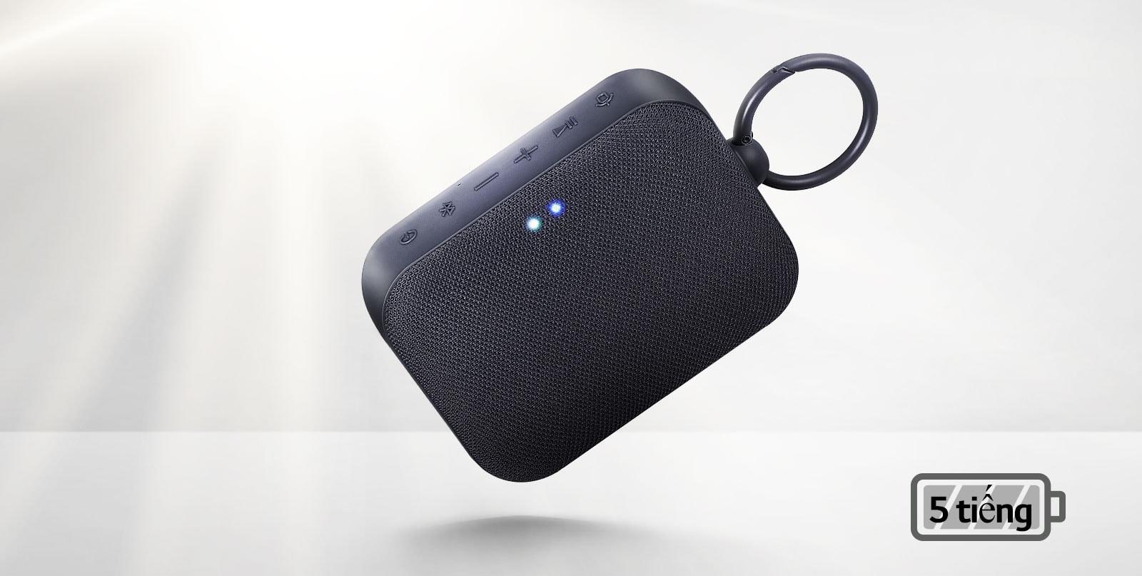 Mặt trước loa LG XBOOM Go đang trôi nổi trong không khí ở góc nghiêng. Ánh sáng chiếu từ phía sau.