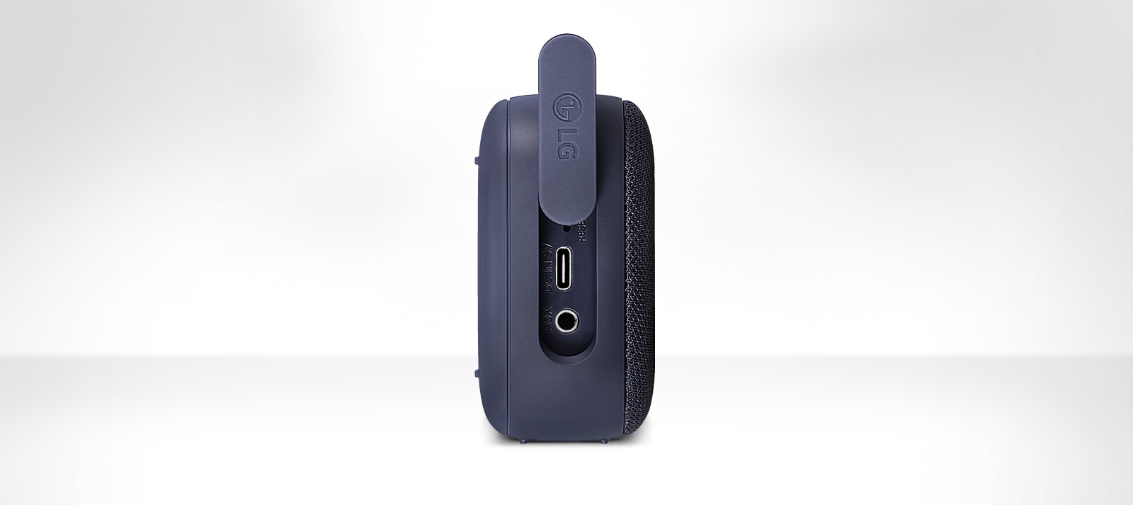 Mặt sau loa LG XBOOMGo PN1 đặt dọc.