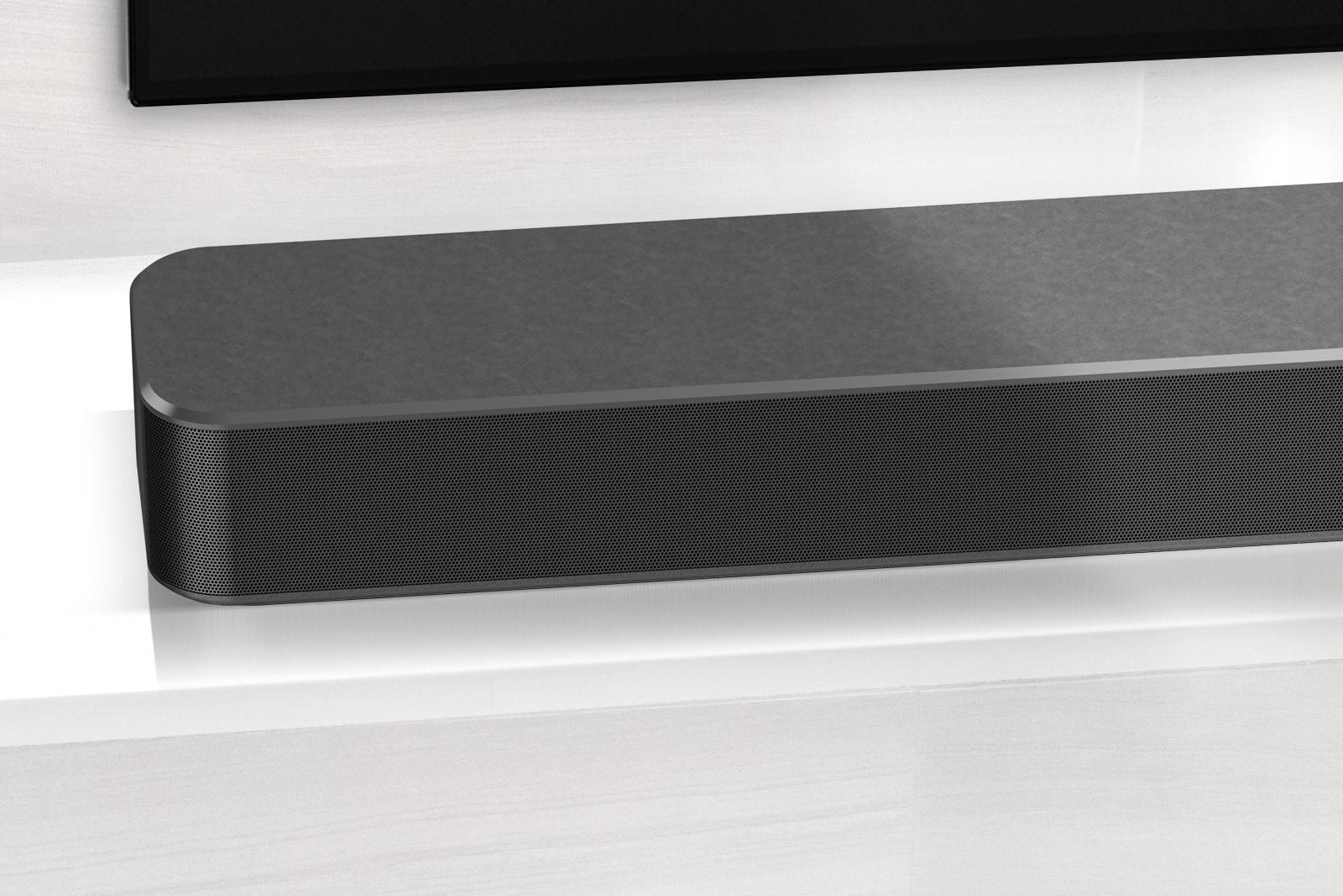 Ảnh cận cảnh góc phía trái của Loa thanh LG. Hiển thị cả cạnh phía dưới bên trái của TV.